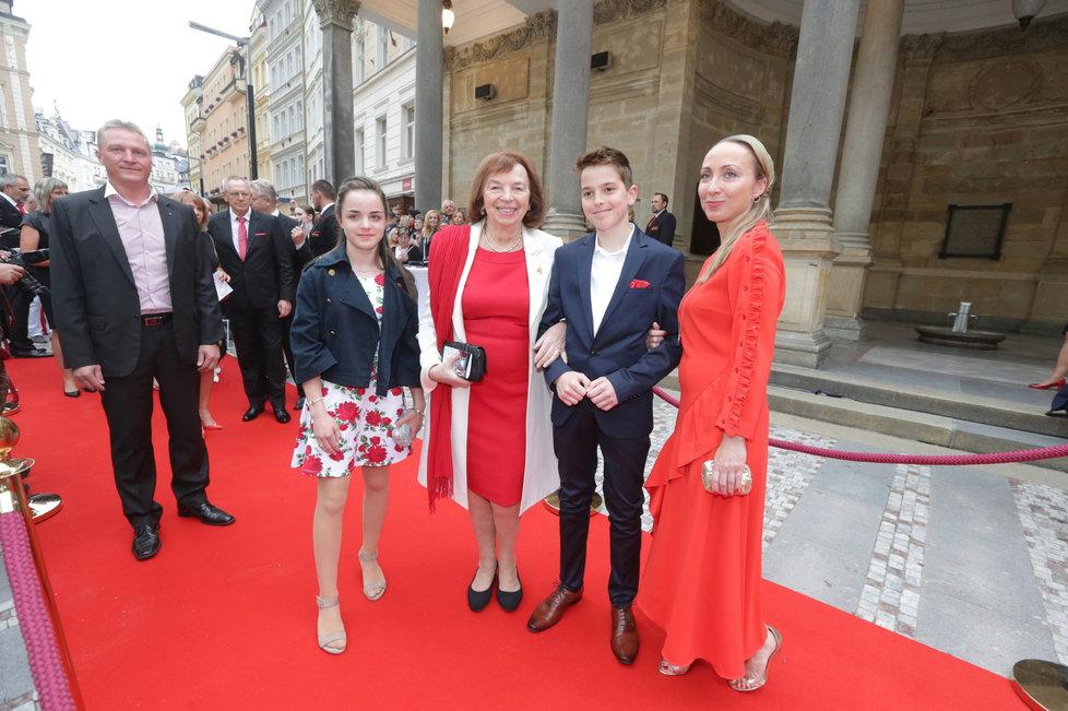 Livia Klausová na červeném koberci ve Varech
