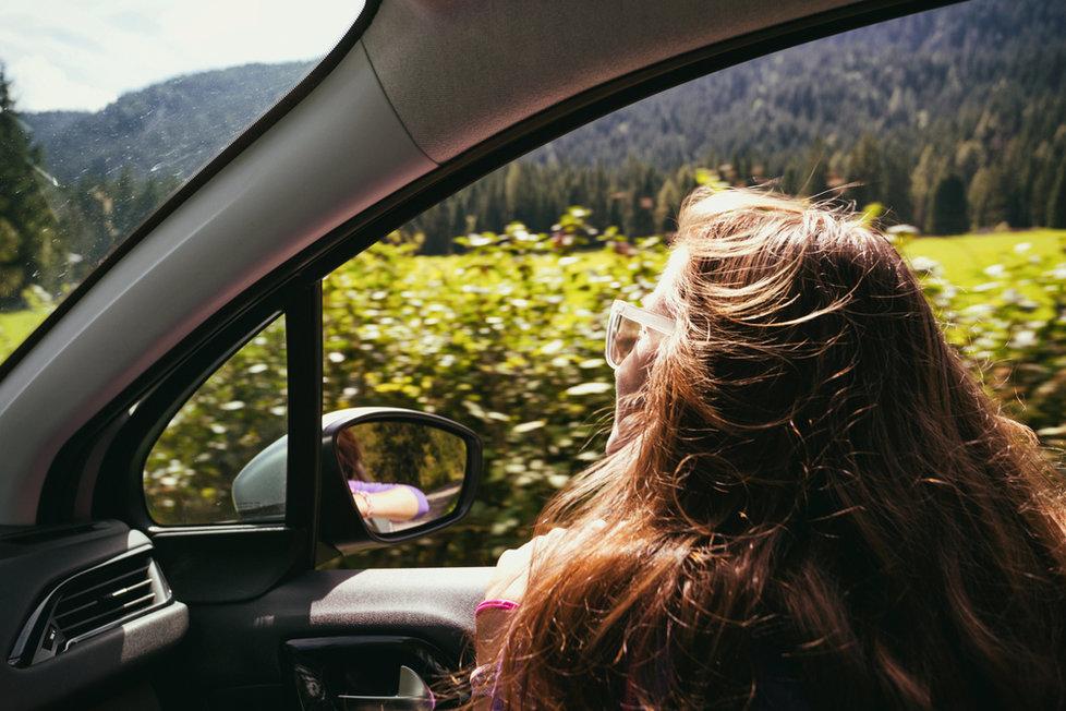Vyrážíte na dovolenou autem s malými dětmi? Přinášíme vám 7 tipů, jak dlouhou cestu přežít