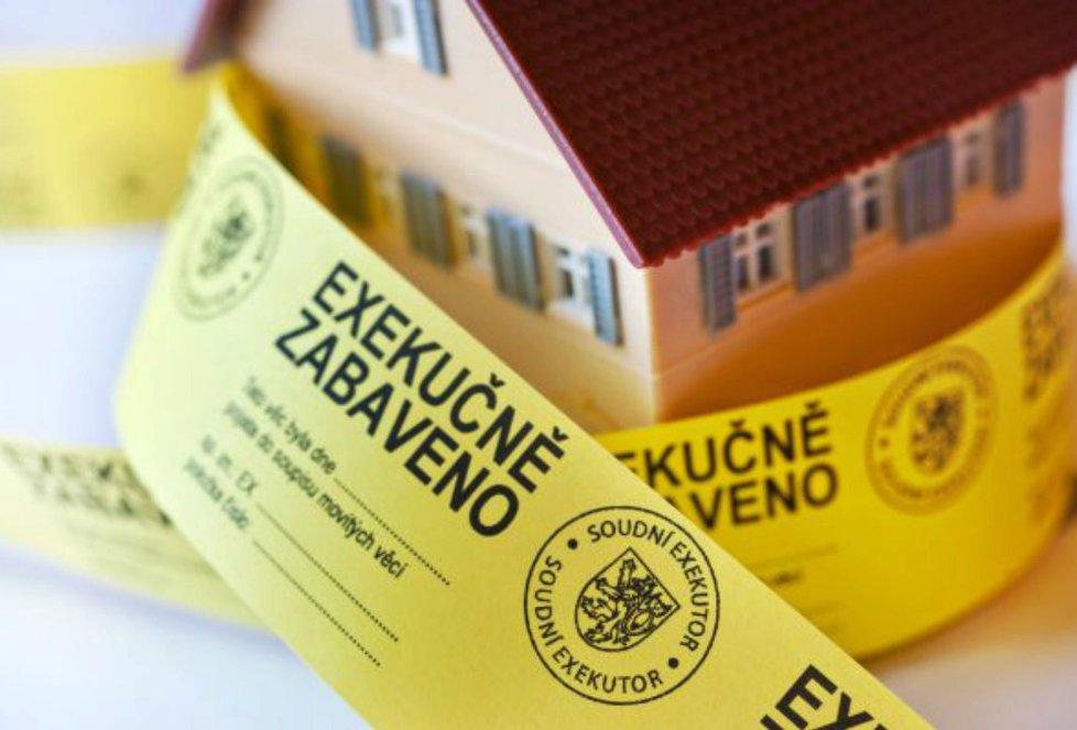 Známá exekuční páska je postrachem nejen pro neplatiče, ale také pro jejich příbuzné, kteří musí prokázat podporu