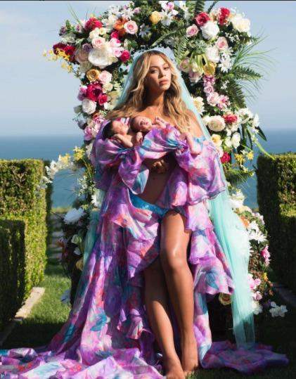 Beyoncé s dvojčaty Rumi a Sir, kterým je dnes přesně měsíc.