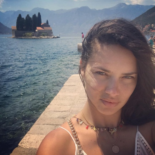 Adriana Lima na dovolené v Černé Hoře