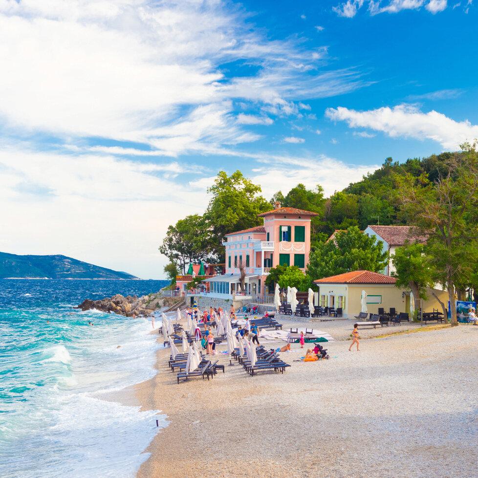 Pláž v Mošćenička Draga (Chorvatsko)