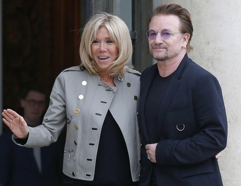 Bono Vox z U2 zavítal do Elysejského paláce, přivítala ho první dáma Brigitte Macronová