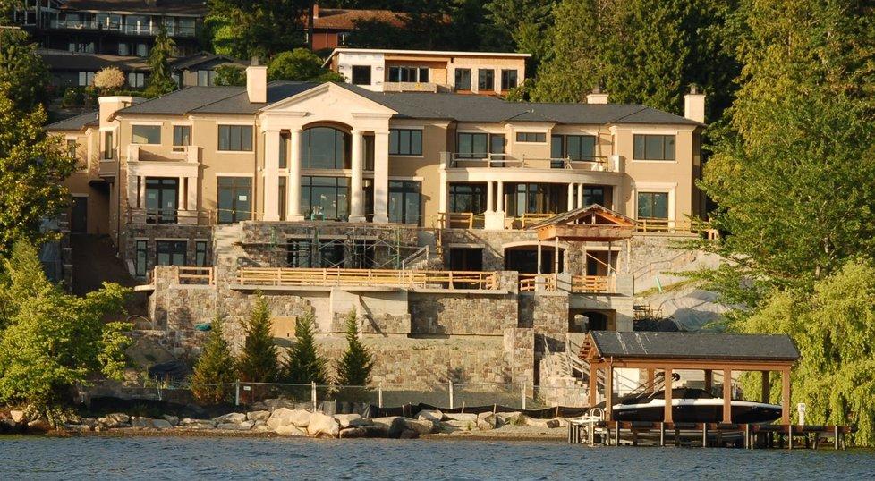 Hlavní Bezosův dům v Medině se skládá ze dvou budov a miliardář k němu vlastní také 200 metrů pobřeží.