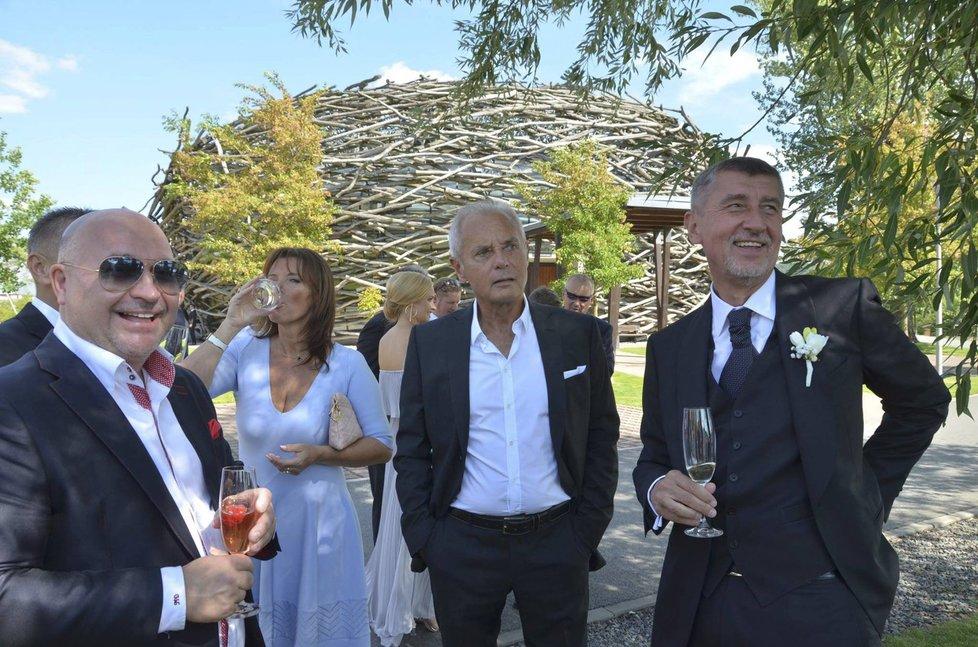 Jiří Šimáně na svatbě Andreje Babiše. Vlevo Michal David