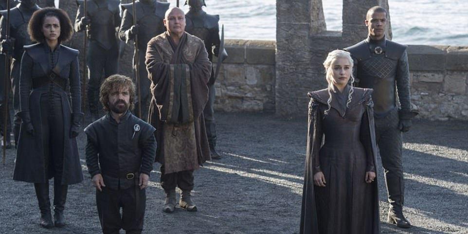 Ostrov Dračí kámen (sídlo Targaryenů) se natáčel na španělské pláži Itzurun a zhruba sto kilometrů vzdáleném ostrově Gaztelugatxe, kde se nachází i strmé schodiště jako v seriálu.