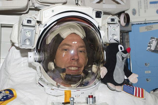 Rok 2011 - Astronaut Andrew Feustel si vzal do vesmíru poprvé Krtečka.