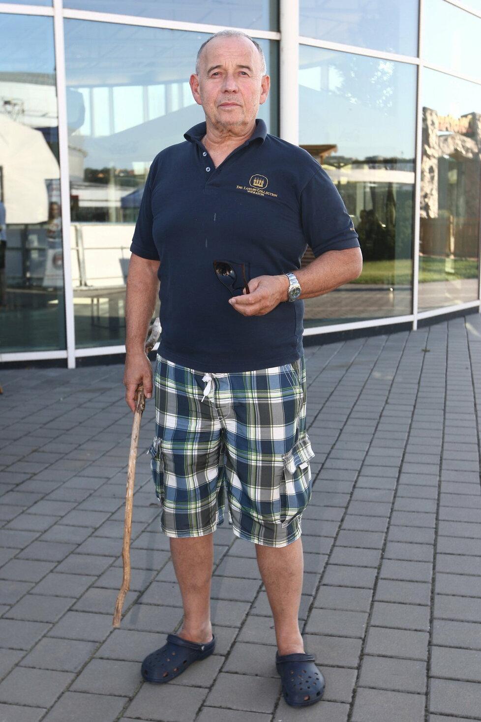 Ivan Vyskočil používá čas od času k chůzi hůl.