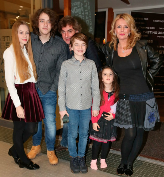 Matonohova skutečná rodina: (zleva)  adoptovaná Sára (18), Lucián (20) z prvního manželství Benešové, společné děti Štěpán (11), Sára (5) a manželka Lucie.