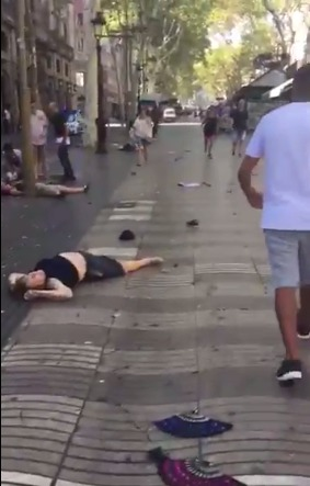 Do davu lidí najela v centru Barcelony dodávka
