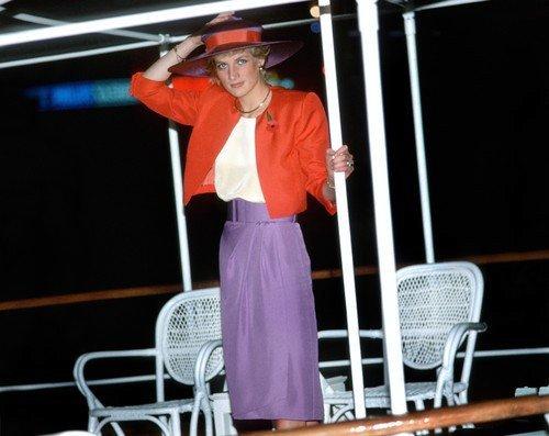 Princezně Diana fialová také slušela
