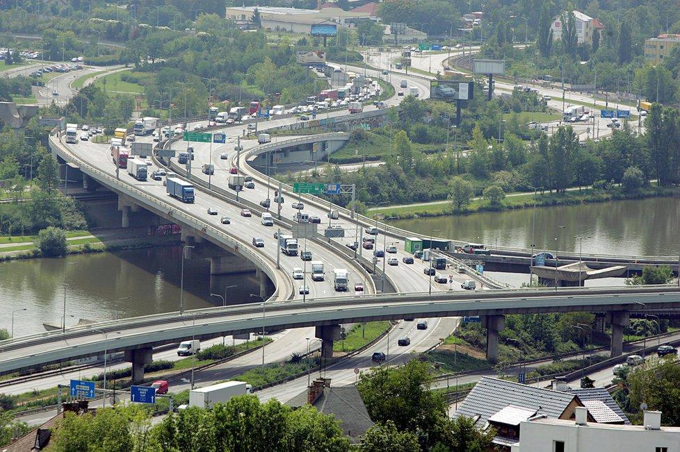Extrémně vytížený most, přes který přejede každý den přes 130 tisíc aut a který nejde plnohodnotně objet, je na hraně životnosti. Chystá se jeho rekonstrukce, která potrvá několik let. V plánu je v roce 2020, pokud by však kontrola dopadla špatně, zřejmě by bylo třeba začít hned. Na to ale není nejspíš nikdo připravený.