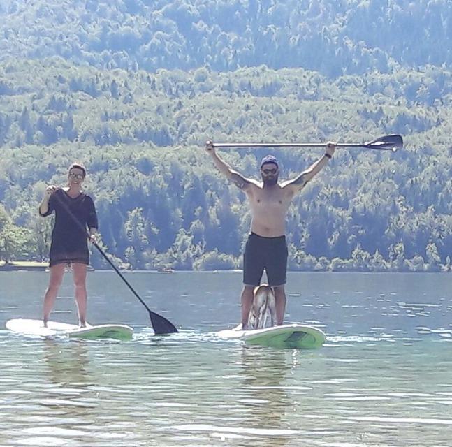 Lucie Šilhánová s partnerem Jaroslavem Černým a fenkou Amy na paddleboardu