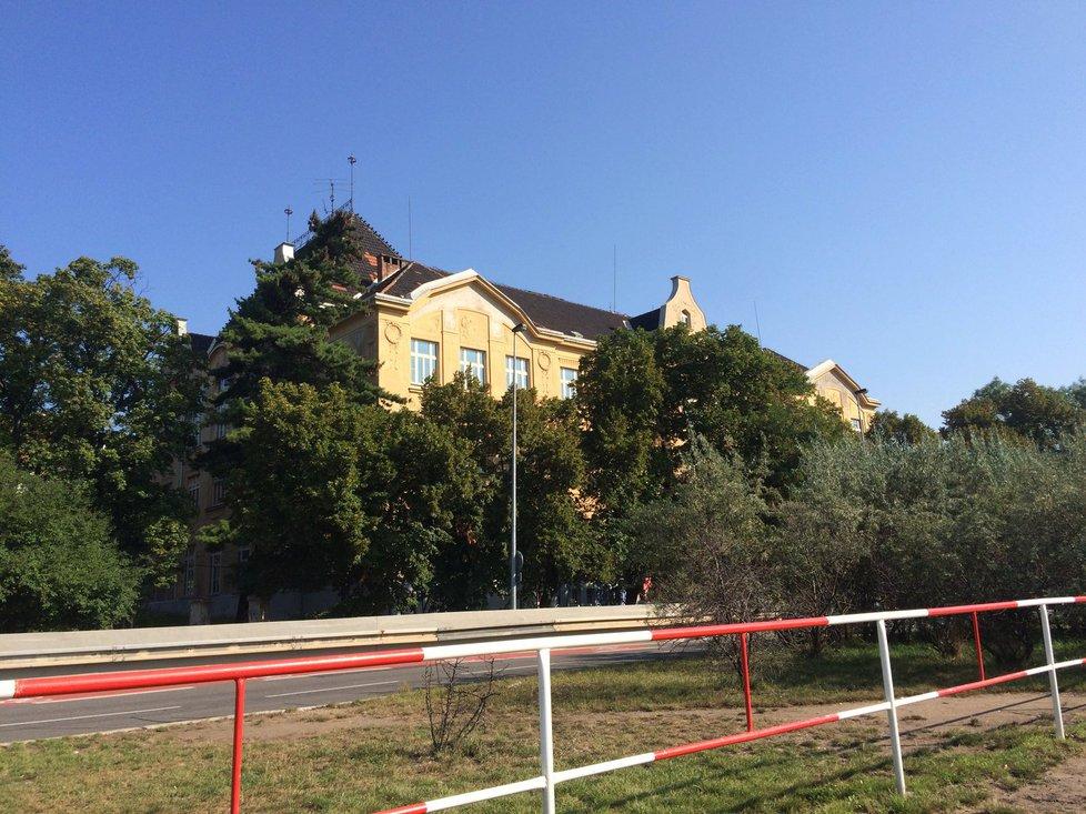 Školu v ulici V Olšinách Praha 10 plánovala v roce 2020 otevřít. S rekonstrukcí se však patrně začne až v roce 2021.
