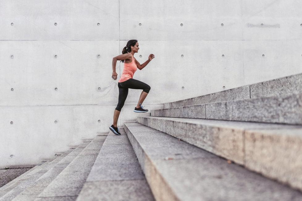 """Cvičte třeba u žehlení a hodně se smějte! 7 rad, jak dát tělo i mysl """"do pucu"""""""