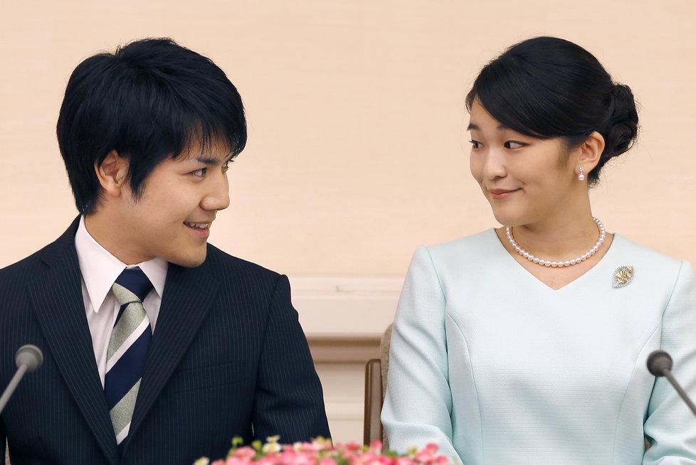 Princezna Mako se svým milým Keiem Komurou před novináři.