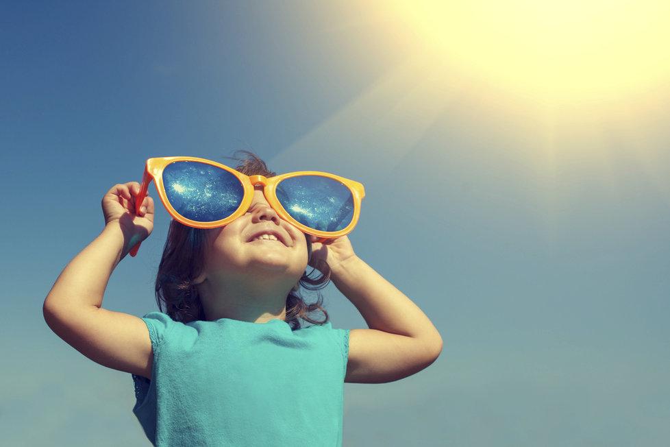 Děti musíte před sluncem chránit.
