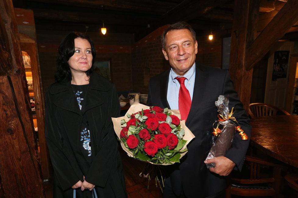 Jiří Paroubek s novou partnerkou na narozeninách Františka Janečka.
