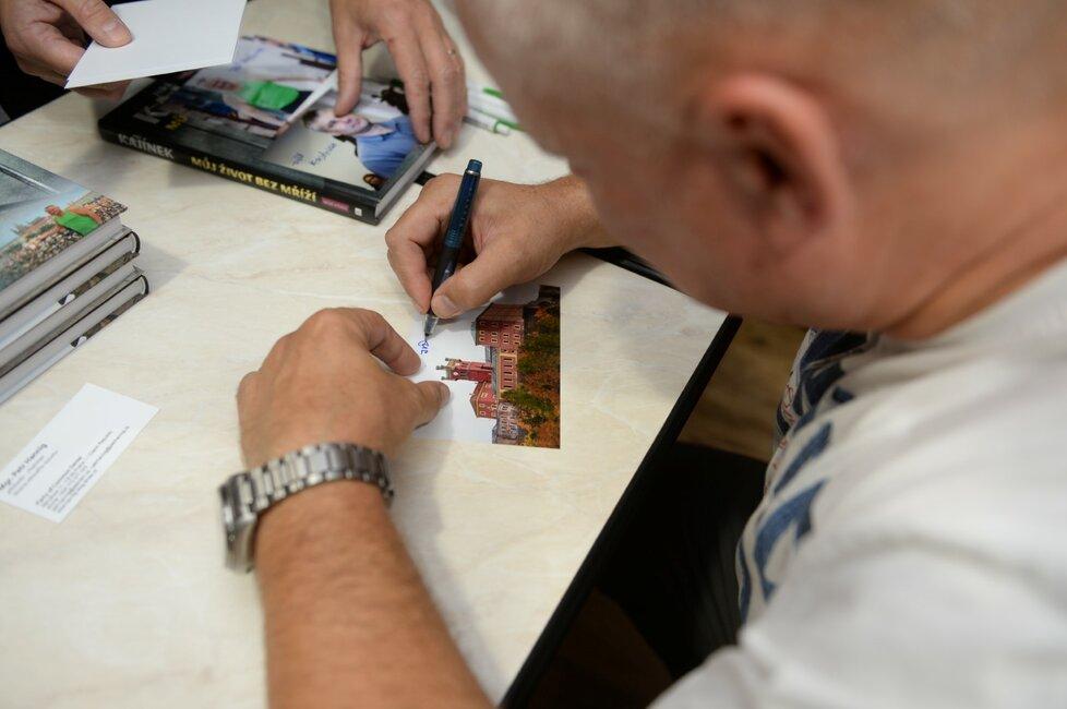 Kajínek podepisoval i fotky.