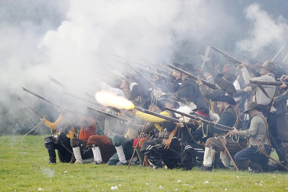 Historické rekonstrukce bitvy na Bílé hoře patří k podzimnímu koloritu hlavního města prakticky rok co rok. (ilustrační foto)