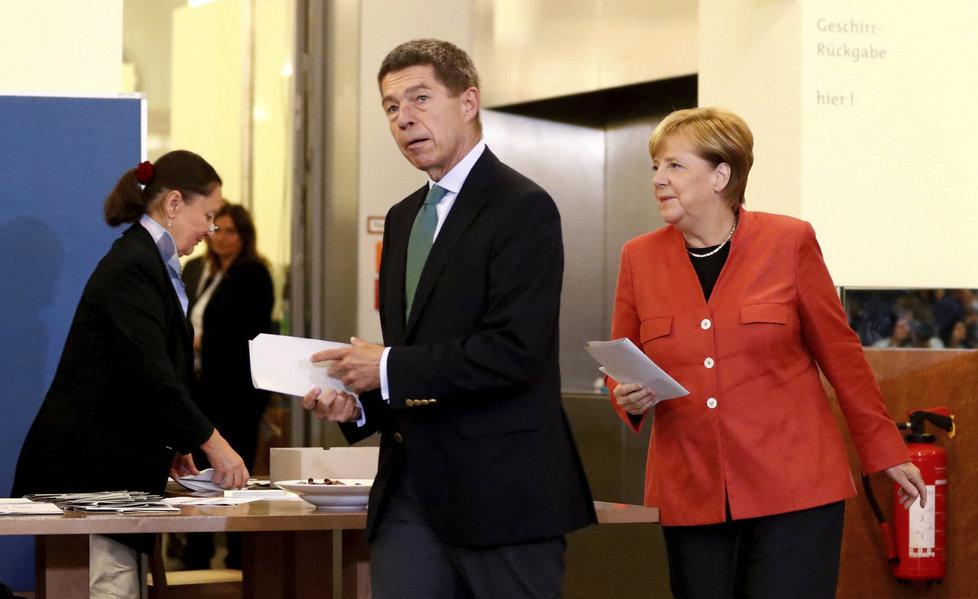 Angelu Merkelovou do volební místnosti doprovodil její manžel Joachim Sauer.