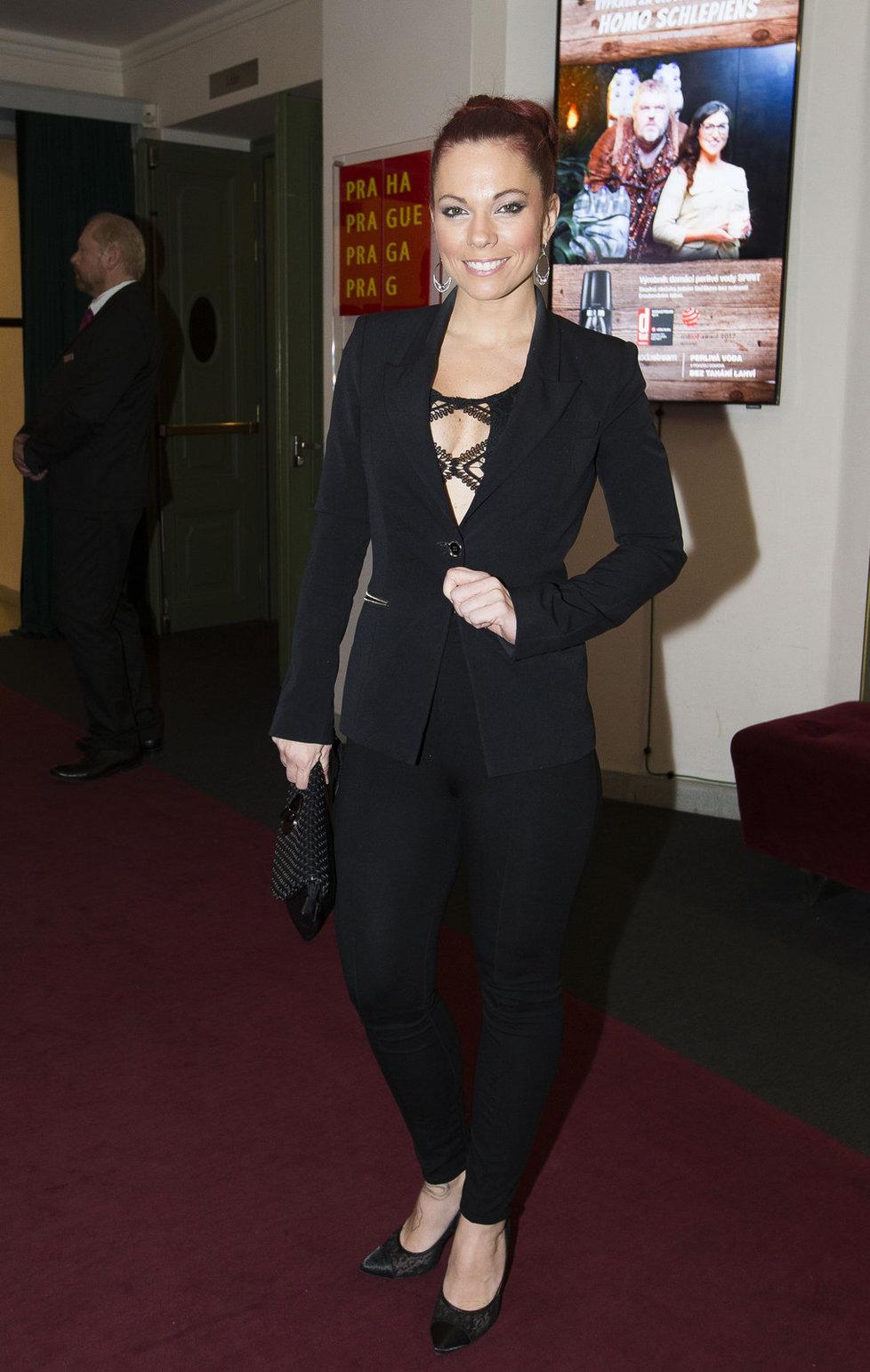Michaela Nosková v černém outfitu.