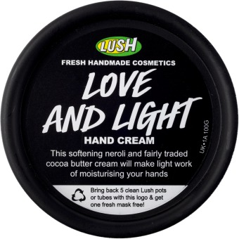 Krém na ruce Love and Light, Lush, 375 Kč (100 ml) Koupíte na www.lush.com nebo v kamenných prodejnách.