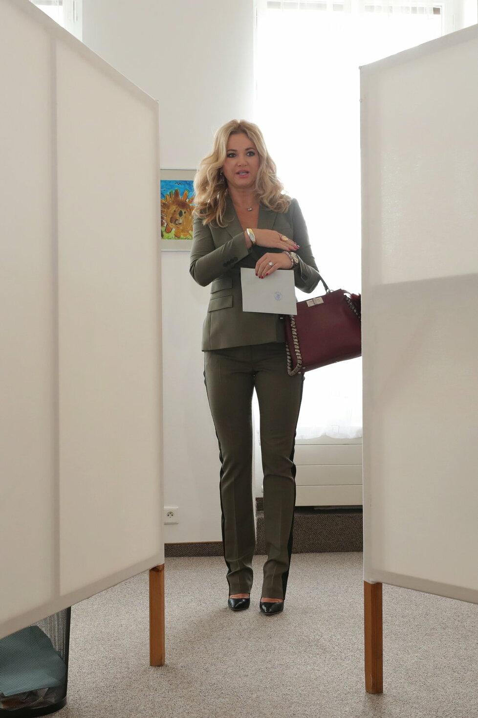 Monika Babišová: Od minulých voleb se poučila. Její kalhotový kostým příležitosti odpovídá. Fazóna klop saka na holém těle neodhaluje víc, než by měla. Cigaretové nohavice dobře spadají na nárt nohy v klasické lodičce. Vínová kabelka je dobrým doprovodem k olivovému kostýmu. Šperky potvrzují luxus kultivovaným způsobem.