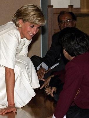 Princezna Diana s dětmi v hinduistickém chrámu v Londýně