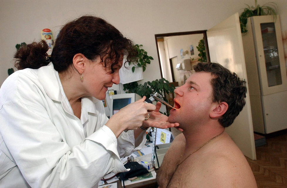 Chřipková epidemie v Česku pokračuje, nemocných však ubývá.
