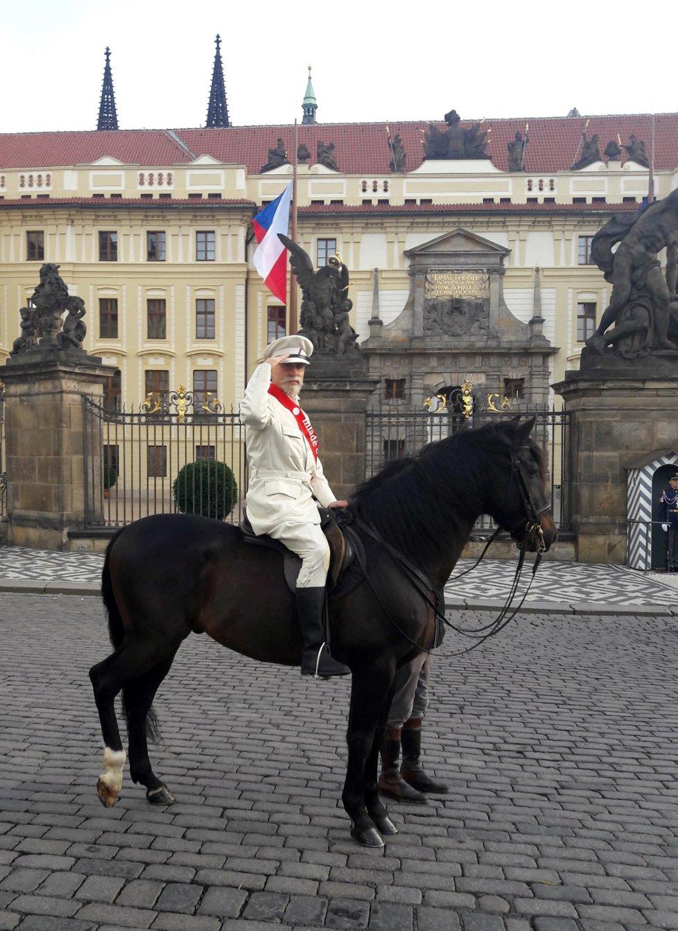 Muž převlečený za Tomáše Garigue Masaryka se projížděl na koni kolem Pražského hradu