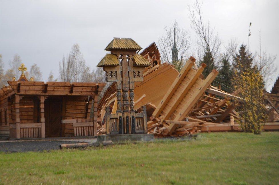 Vítr sfoukl dřevěný pravoslavný Chrám Svatého Valentina v Mostě.
