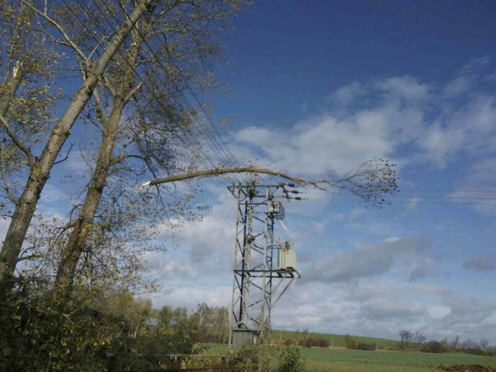 Situace v elektrické distribuční soustavě na jihu Moravy je kritická, nestíhají se opravovat škody způsobené větrem.