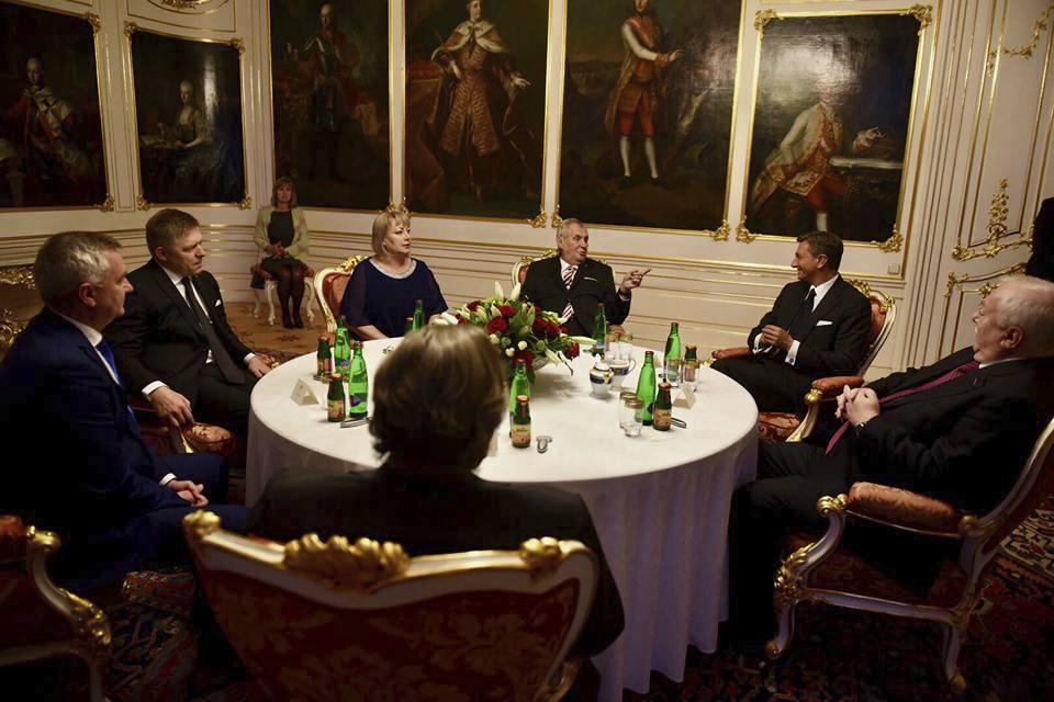 Státní vyznamenání 2017: Prezident Zeman a první dáma Ivana se zahraničními hosty, mezi kterými nechyběli Robert Fico či Gerhard Schröder.