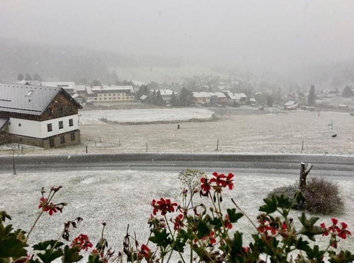 Sníh na Kvildě: Tuhle fotku zveřejnil starosta Václav Vostradovský