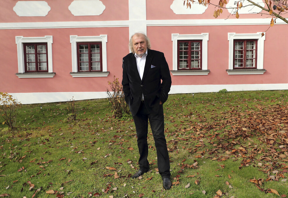 Kristian Kodet před barokní farou v jižních Čechách, kterou nechal zrekonstruovat.