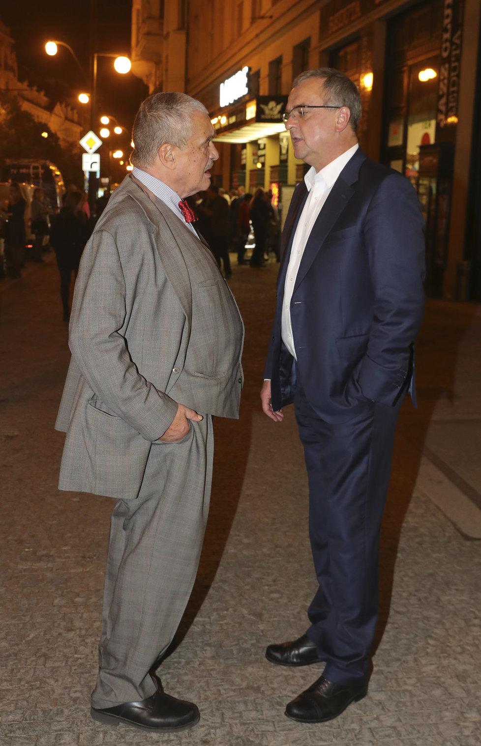 Karel Schwarzenberg před volebním štábem TOP 09 s Miroslavem Kalouskem