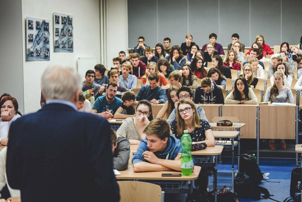 Studenti se díky filmům dozvědí něco o komunismu.