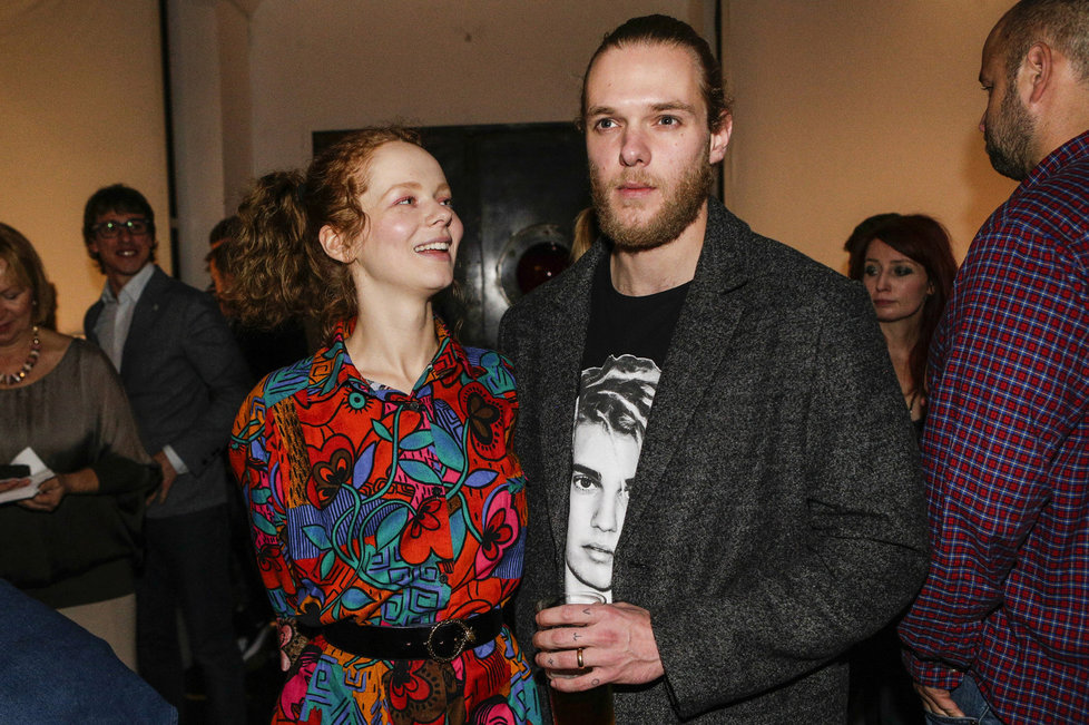Herečka Anna Linhartová s manželem, který si říká Stouny.