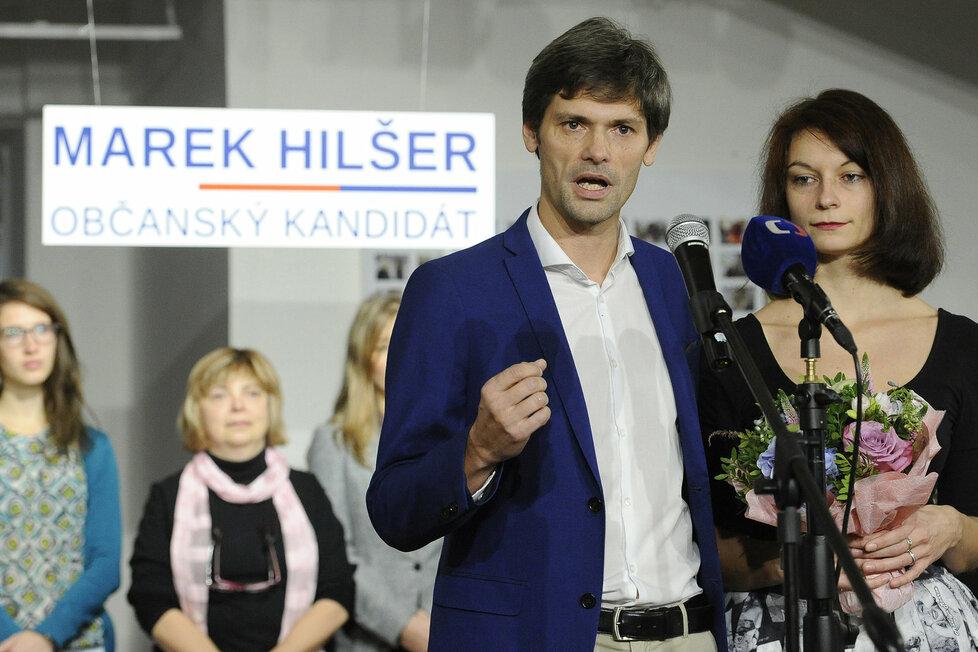 Lékař Marek Hilšer sehnal dostatek senátorských podpisů k boji o Hrad. Vpravo manželka Monika.