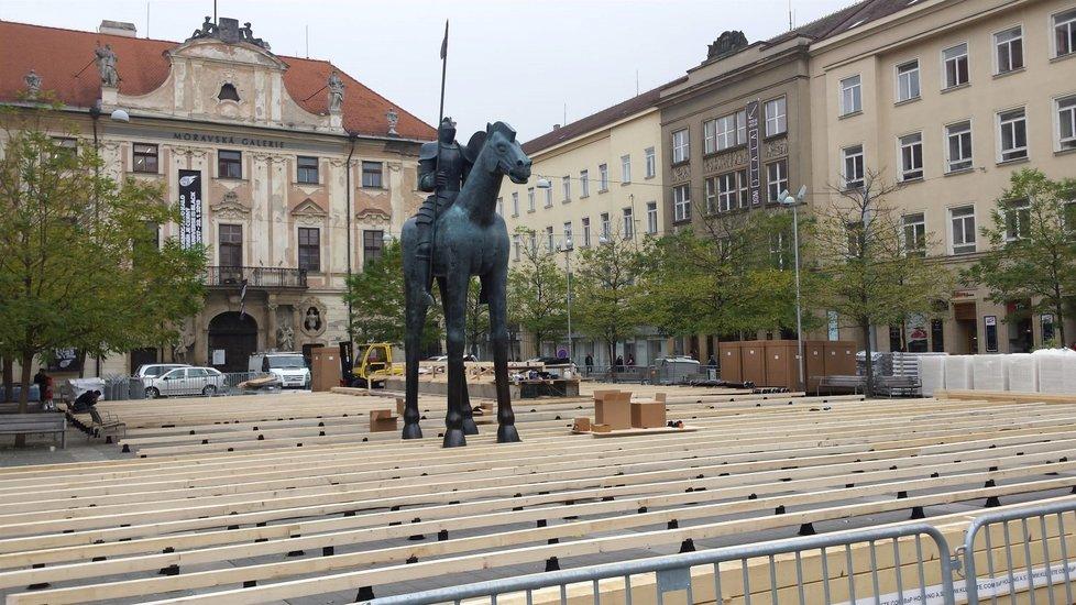 Na Moravském náměstí v Brně stojí jezdecká socha Jošta.