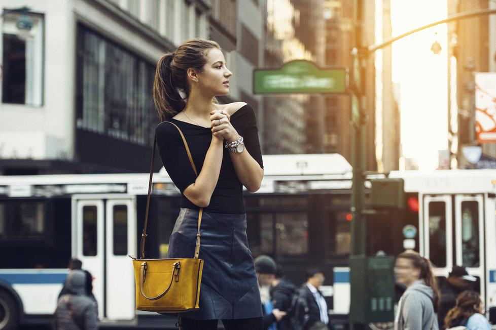 Barevná kabelka rozzáří černý outfit. 57f0e2ae690