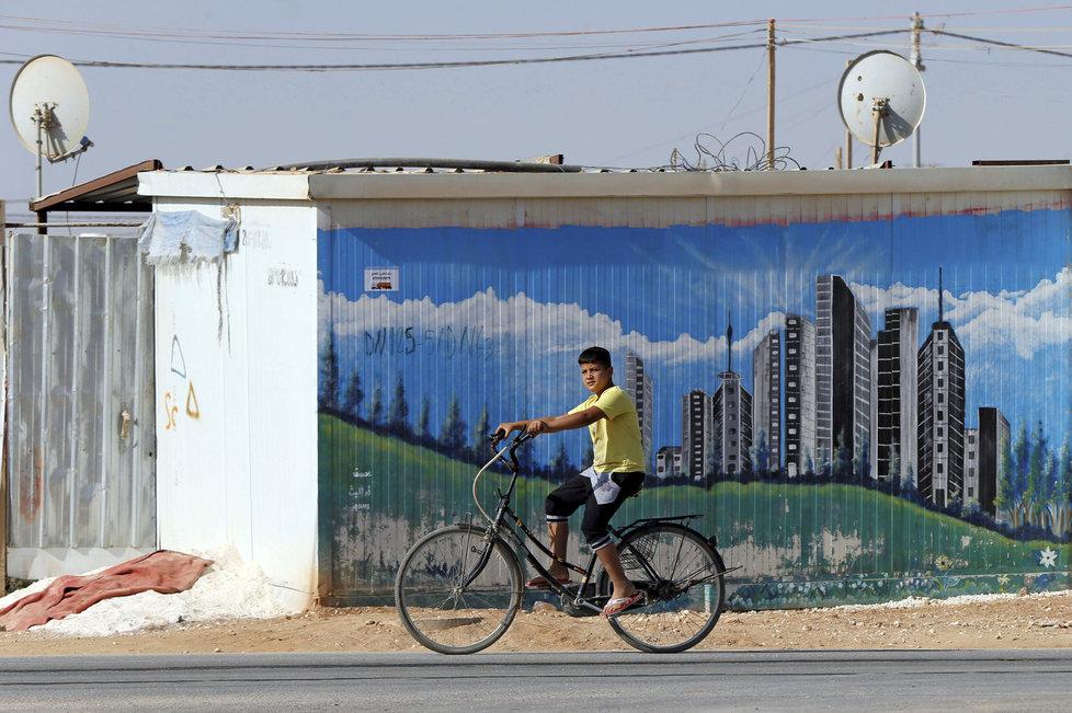 Syrský chlapec na kole v jordánském uprchlickém táboře Zaatari