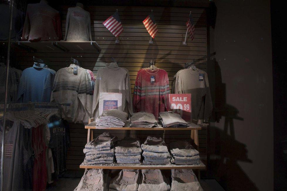 Kompletní vybavení jednoho z obchodů s oblečením, který se nacházel blok od věží. Všechny věci pokryté silnou vrstvou nebezpečného prachu.