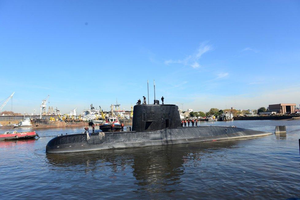 Armádní ponorka San Juan v červnu 2014 při odplutí z přístavu v Buenos Aires, hlavním městě Argentiny.