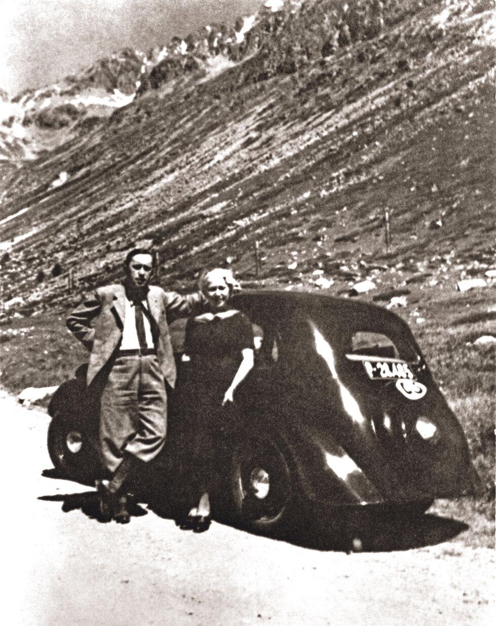 Karel Čapek s přítelkyní a budoucí manželkou, herečkou Olgou a Scheinpflugovou, v létě 1935 na švýcarském Julier Passu (2284 m n. m.).