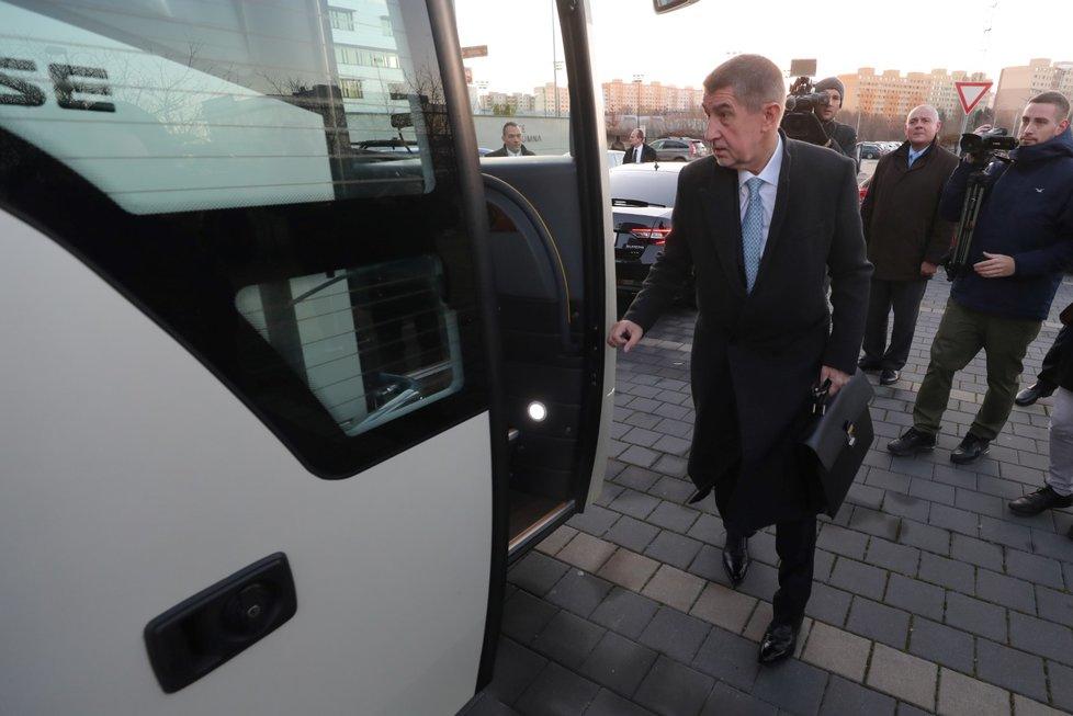 Babišův kabinet jel naposledy autobusem do Lán.