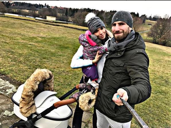 Hana Mašlíková na procházce se synem Andreasem.