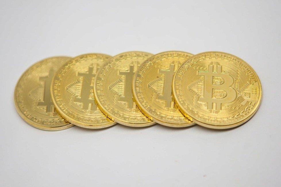 Finanční analytici před investicemi do bitcoinu varují, je podle nich stejně pravděpodobné, že dosáhne hranice 100 tisíc dolarů, jako, že spadne pod tisíc dolarů.