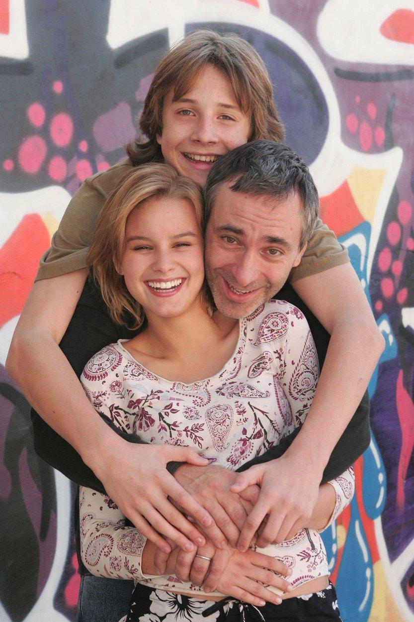 Patricie Solaříková a Jakub Štáfek se svým seriálovým otcem Petrem Vackem v roce 2005 na začátku seriálu